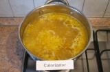 Шаг 5. Влить в кастрюлю воду. Когда она закипит, добавить картофель.