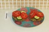 Шаг 10. Поверх выложить помидор.