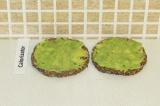 Шаг 7. Намазать авокадной смесью хлебцы.