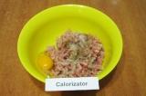 Шаг 5. Добавить яйцо, посолить и поперчить по вкусу.