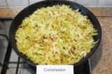 Шаг 7. Посолить капусту, на другой сковороде разогреть остальное растительное ма