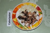 Шаг 2. Ножки грибов и лук мелко нарезать. Обжарить на сковороде.