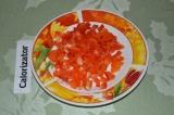 Шаг 3. Перец нарезать кубиками и добавить к грибам.