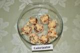 Шаг 6. Заполнить грибы начинкой и посыпать тертым сыром. В форму для запекания