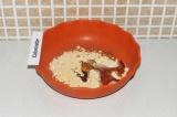 Шаг 4. Смешать муку с 1 ст.л. кокосового масла и меда.