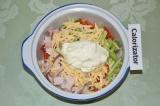 Шаг 6. Добавить сметану и перемешать салат.