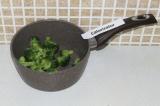 Шаг 9. Отварить брокколи до полуготовности.