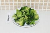 Шаг 10. Разрезать брокколи на мелкие соцветия.
