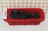 Шаг 15. Положить поверх томатной пасты листья базилика.