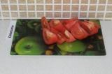 Шаг 2. Произвольно порезать помидоры.