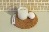 Шаг 4. Молоко взбить с яйцом.