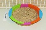 Шаг 8. Распределить половину овсяной смеси в форме.