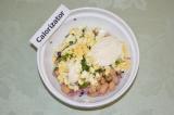 Шаг 6. Добавить сметану, посолить и перемешать салат.
