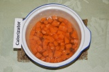 Шаг 2. В кастрюлю налить полстакана воды и 2 ст. л. сахара. В сиропе проварить
