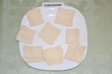 Шаг 2. Слоеное дрожжевое тесто разморозить и нарезать на квадраты.