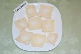Шаг 3. На каждый квадрат теста высыпать чайную ложку сахара.