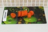 Шаг 3. Нарезать морковь на кусочки.