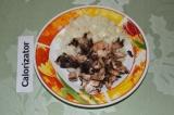 Шаг 1. Лук и грибы очистить, мелко нарезать и отправить на сковороду, обжарить