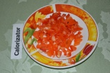 Шаг 2. Перец красный сладкий нарезать на мелкие кубики. Обжарить с грибами и лук