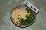Шаг 5. Добавить тертый сыр и измельченный лук.
