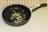 Шаг 3. Немного потушить чеснок с имбирем на сковороде.