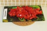 Шаг 4. Нарезать помидоры.