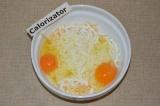 Шаг 3. Добавить яйца.