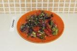 Готовое блюдо: овощной салат с заправкой из авокадо