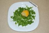 Шаг 1. Рукколу порвать руками, выложить на тарелку и сбрызнуть лимонным соком.
