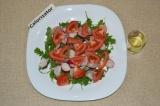 Шаг 5. Добавить в салат помидор, посолить и заправить маслом. При подаче перемеш