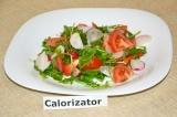 Готовое блюдо: салат с редисом, помидором и рукколой