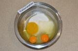 Шаг 1. Соединить яйца, мед, сливочное масло и 100 грамм сахара. Поставить миску