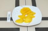 Шаг 1. Почистить манго и нарезать на кусочки.