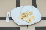 Шаг 6. Порезать банан.