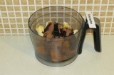Шаг 9. Взбить блендером хурму, банан, какао-масло, 2 ч.л. кэроба.