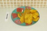 Шаг 11. Очистить манго и нарезать на кусочки.