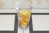 Шаг 1. Почистить апельсины и нарезать их кусочками.