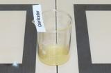 Шаг 5. Выжать сок из лимона.