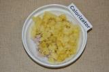 Шаг 2. Картофель, яйца и свеклу отварить. Картофель нарезать кубиками и добавить