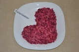Шаг 5. Салат перемешать и выложить на тарелке в форме сапожка.