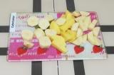 Шаг 1. Картофель очистить от кожуры и нарезать кубиками.