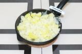 Шаг 5. Добавить картофель на сковороду к луку и немного обжарить.