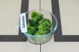 Шаг 6. Отварить брокколи до полуготовности.