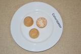 Шаг 5. Наполнить тарталетки начинкой, украсить морковью и зернами граната.