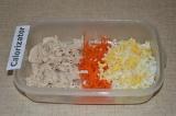 Шаг 5. Для начинки: нарезать куриное филе кубиками, яйцо натереть на терке.