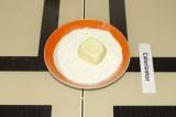 Шаг 8. Обвалять белые конфетки в сухом молоке.