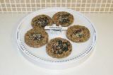 Шаг 11. Посыпать каждый хлебец кунжутом и отправить сушиться в сушилку (духовку)