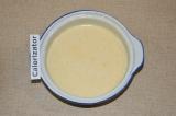 Шаг 2. Добавить молоко и растительное масло.