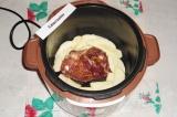 Шаг 4. Выложить мясо в чашу мультиварки, вокруг мяса выложить ломтики яблока.