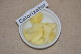 Шаг 1. Яблоко очистить от кожуры и нарезать на дольки.
